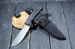 Στρατιωτικό μαχαίρι ενός Γερμανού με τα θηκάρια και μια πυξίδα Στοκ εικόνα με δικαίωμα ελεύθερης χρήσης
