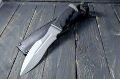 Στρατιωτικό μαχαίρι στο μαύρο υπόβαθρο Στοκ φωτογραφία με δικαίωμα ελεύθερης χρήσης