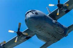 Στρατιωτικό με τέσσερις μηχανές πετώντας πέρασμα αεροπλάνων Στοκ εικόνες με δικαίωμα ελεύθερης χρήσης