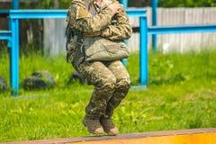 Στρατιωτικό να ρίξει με αλεξίπτωτο, αθλητισμός ελεύθερων πτώσεων με αλεξίπτωτο Στοκ Φωτογραφία