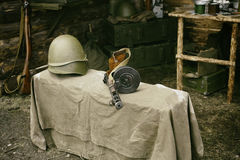 Στρατιωτικό πυροβόλο όπλο Shpagina κρανών και submachine, αναδημιουργία της ζωής και θέματα του δεύτερου παγκόσμιου πολέμου Στοκ εικόνες με δικαίωμα ελεύθερης χρήσης