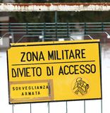 Στρατιωτικό σημάδι ζώνης μακριά από μια στρατιωτική βάση στην Ιταλία Στοκ φωτογραφία με δικαίωμα ελεύθερης χρήσης
