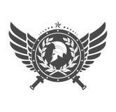 Στρατιωτικό σύμβολο ένα λιτό κράνος σε έναν πίνακα με μεταξύ των φτερών απεικόνιση αποθεμάτων