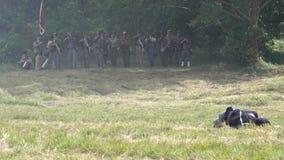 Στρατιώτες ένωσης που βάζουν φωτιά πέρα από το πεδίο μάχη φιλμ μικρού μήκους