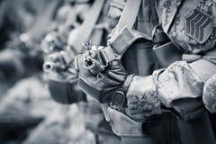 Στρατιώτες έτοιμοι για τον αγώνα με τα επιθετικά τουφέκια στοκ φωτογραφίες