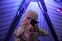 Στρατιώτες ιππικού θύελλας του Star Wars με το προσγειωμένο πολεμικό αεροσκάφος Στοκ φωτογραφία με δικαίωμα ελεύθερης χρήσης