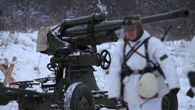 Στρατιώτες κοντά στο αντιαεροπορικό πυροβόλο όπλο απόθεμα βίντεο
