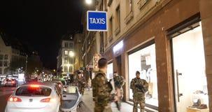 Στρατιώτες με τη γαλλική πόλη επιτήρησης τουφεκιών απόθεμα βίντεο