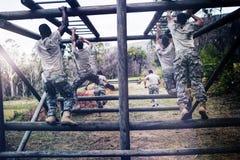 Στρατιώτες που αναρριχούνται στους φραγμούς πιθήκων στοκ φωτογραφίες με δικαίωμα ελεύθερης χρήσης
