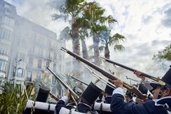 Στρατιώτες που βάζουν φωτιά κατά τη διάρκεια Tamborrada του San Sebastian βασκική χώρα Στοκ εικόνες με δικαίωμα ελεύθερης χρήσης
