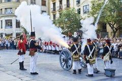 Στρατιώτες που βάζουν φωτιά κατά τη διάρκεια Tamborrada του San Sebastian βασκική χώρα Στοκ Εικόνες