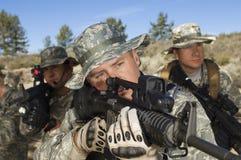 Στρατιώτες που στοχεύουν τα πολυβόλα Στοκ Φωτογραφίες