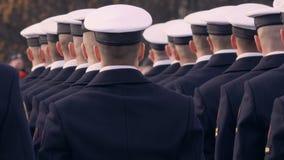 Στρατιώτες στα μπλε ομοιόμορφα και άσπρα όμορφα καλύμματα, που κρατούν ένα πυροβόλο όπλο και που στέκονται σε μια γραμμή απόθεμα βίντεο