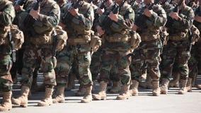 Στρατιώτες στην καλυμμένη ομοιόμορφη πορεία απόθεμα βίντεο