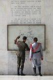 Στρατιώτες Uniformed στη λάρνακα Samat υποστηριγμάτων στοκ εικόνες
