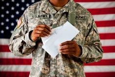 Στρατιώτης: Άνοιγμα μιας επιστολής Στοκ φωτογραφίες με δικαίωμα ελεύθερης χρήσης