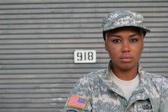Στρατιώτης γυναικών αφροαμερικάνων με το διάστημα αντιγράφων Στοκ φωτογραφίες με δικαίωμα ελεύθερης χρήσης