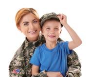 Στρατιώτης γυναικών και ο γιος της στο υπόβαθρο Στοκ Εικόνες