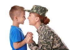 Στρατιώτης γυναικών και ο γιος της στο υπόβαθρο Στοκ φωτογραφία με δικαίωμα ελεύθερης χρήσης
