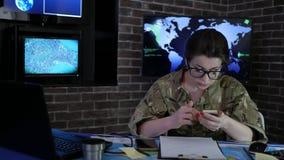 Στρατιώτης γυναικών πορτρέτου με το κινητό τηλέφωνο, κέντρο ελέγχου, πόλεμος φιλμ μικρού μήκους