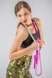 στρατιώτης γυναικών που κρατά ένα ελαστικό σχοινιών Στοκ Φωτογραφία