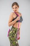 στρατιώτης γυναικών που κρατά ένα ελαστικό σχοινιών Στοκ φωτογραφία με δικαίωμα ελεύθερης χρήσης