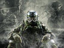 Στρατιώτης ειδικών δυνάμεων με τα πυροβόλα όπλα στο γκρίζο υπόβαθρο Στοκ φωτογραφία με δικαίωμα ελεύθερης χρήσης