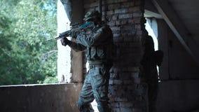 Στρατιώτης ειδικών δυνάμεων με το πυροβόλο όπλο Στοκ φωτογραφία με δικαίωμα ελεύθερης χρήσης