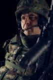 Στρατιώτης ειδικών δυνάμεων με το τουφέκι στο σκοτεινό υπόβαθρο στοκ εικόνες με δικαίωμα ελεύθερης χρήσης