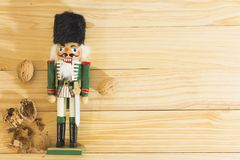 Στρατιώτης και καρύδια καρυοθραύστης Χριστουγέννων στον ξύλινο πίνακα Στοκ Φωτογραφία