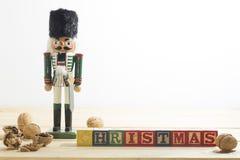 Στρατιώτης και καρύδια καρυοθραύστης Χριστουγέννων στον ξύλινο πίνακα Στοκ φωτογραφία με δικαίωμα ελεύθερης χρήσης