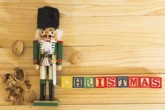 Στρατιώτης και καρύδια καρυοθραύστης Χριστουγέννων στον ξύλινο πίνακα Στοκ Εικόνες