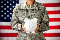 Στρατιώτης: Κράτημα μιας τράπεζας Piggy Στοκ φωτογραφία με δικαίωμα ελεύθερης χρήσης