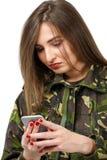 στρατιώτης με ένα κινητό τηλέφωνο στη στρατιωτική στολή κάλυψης Στοκ φωτογραφία με δικαίωμα ελεύθερης χρήσης