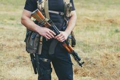 Στρατιώτης με ένα πυροβόλο όπλο στα χέρια της περιοχής περιπόλου Στοκ Φωτογραφία