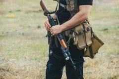 Στρατιώτης με ένα πυροβόλο όπλο στα χέρια της περιοχής περιπόλου Στοκ εικόνες με δικαίωμα ελεύθερης χρήσης