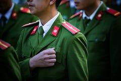 Στρατιώτης με την πράσινη ομοιόμορφη πορεία στη σειρά Στοκ Εικόνες