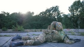 Στρατιώτης με τη θλίψη PTSD για πεσμένος συντροφικός στα όπλα απόθεμα βίντεο