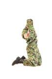 Στρατιώτης με το κρυμμένο πρόσωπο στην πράσινη κάλυψη ομοιόμορφη και το καπέλο jum Στοκ Εικόνα