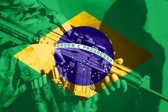 Στρατιώτης με το πολυβόλο με τη εθνική σημαία της Βραζιλίας Στοκ φωτογραφία με δικαίωμα ελεύθερης χρήσης