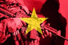 Στρατιώτης με το πολυβόλο με τη εθνική σημαία του Βιετνάμ Στοκ εικόνα με δικαίωμα ελεύθερης χρήσης