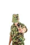 Στρατιώτης ομοιόμορφος και καπέλο που στέκεται και που παρουσιάζει σημάδι ειρήνης με Στοκ εικόνες με δικαίωμα ελεύθερης χρήσης