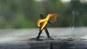 Στρατιώτης παιχνιδιών στην πυρκαγιά απόθεμα βίντεο
