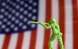 Στρατιώτης παιχνιδιών μπροστά από τη σημαία στοκ φωτογραφία με δικαίωμα ελεύθερης χρήσης