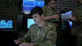 Στρατιώτης πορτρέτου, πόλεμος ΤΠ, έδρα τομέων, στο υπόβαθρο απόθεμα βίντεο
