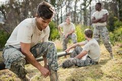 Στρατιώτης που δένει τις δαντέλλες παπουτσιών του Στοκ εικόνα με δικαίωμα ελεύθερης χρήσης