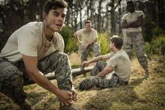 Στρατιώτης που δένει τις δαντέλλες παπουτσιών του Στοκ εικόνες με δικαίωμα ελεύθερης χρήσης