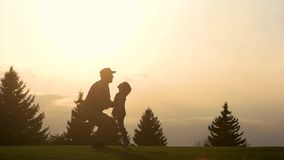 Στρατιώτης που ανυψώνει επάνω το κορίτσι παιδιών του, σε αργή κίνηση φιλμ μικρού μήκους