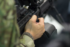 Στρατιώτης που κρατά μια μηχανή πυροβόλων όπλων στον έτοιμο Στοκ Εικόνες