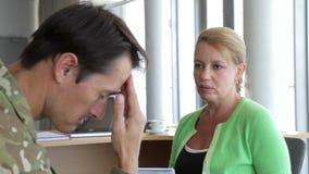Στρατιώτης που μιλά στο θηλυκό σύμβουλο στην αρχή απόθεμα βίντεο
